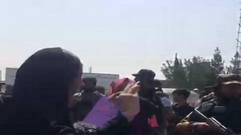 """أفغانيات يتظاهرن وسط كابول لمطالبة """"طالبان"""" بالاعتراف بحقوق المرأة"""