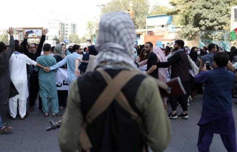 """حكومة """"طالبان"""" تقطع الإنترنت عن مناطق في كابول تزامنًا مع خروج مظاهرات"""