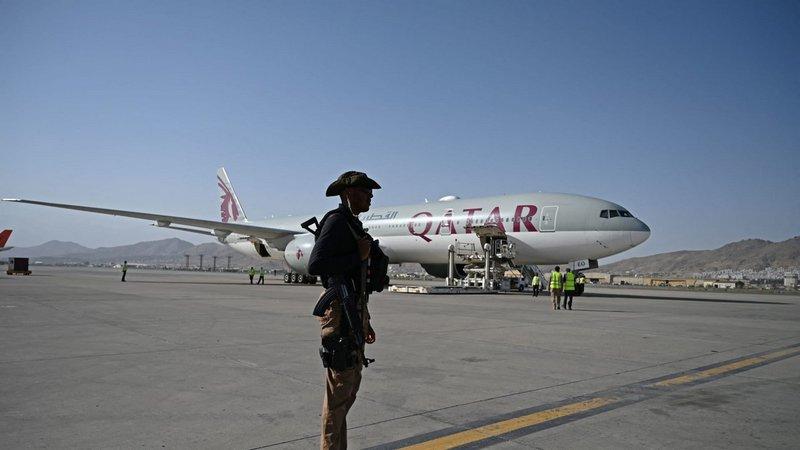 بينهم أمريكيون .. 200 أجنبي يغادرون أفغانستان على طائرة قطرية