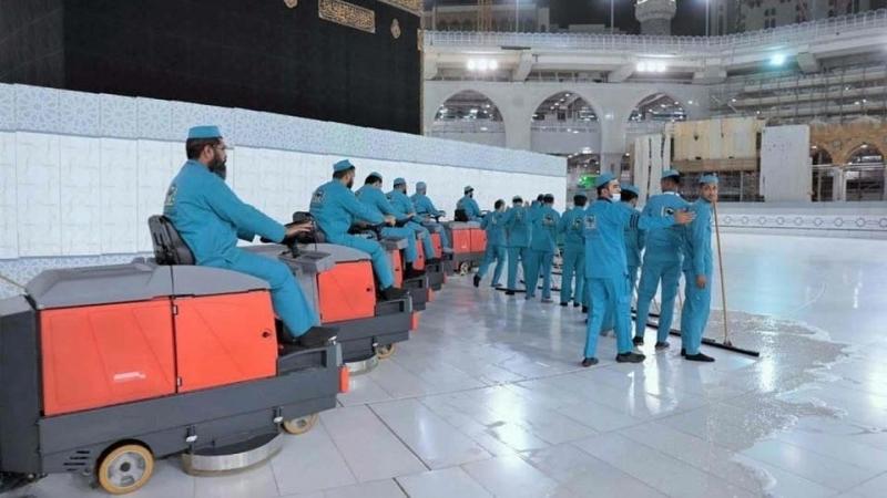 على مدار 24 ساعة.. 3500 عامل لتعقيم المسجد الحرام