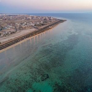 شواطئ أملج تشهد إقبالاً كبيرًا من أهالي وزوار المحافظة